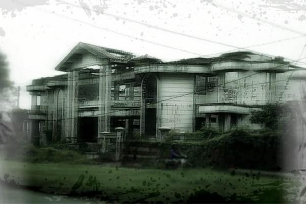 Angkernya Rumah Hantu Darmo di Surabaya