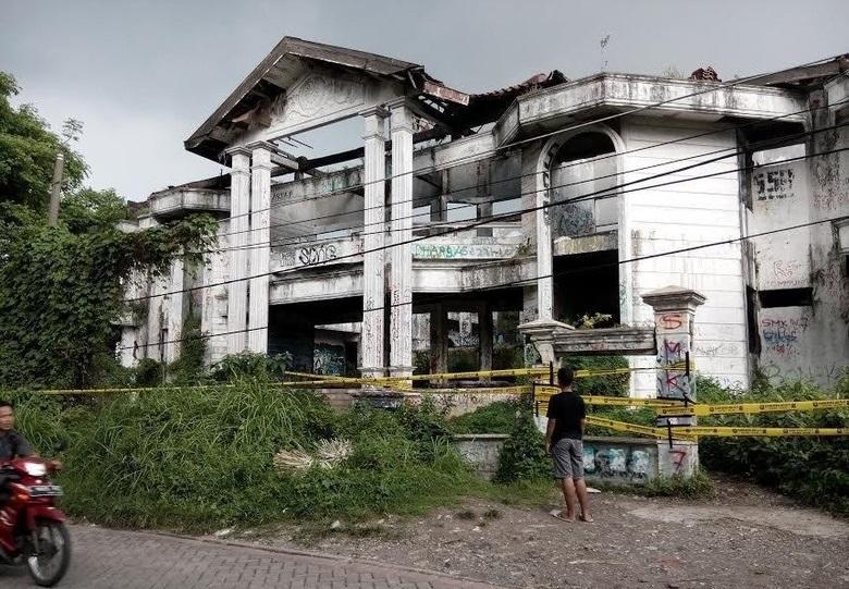 Rumah Hantu Darmo di Garis Polisi