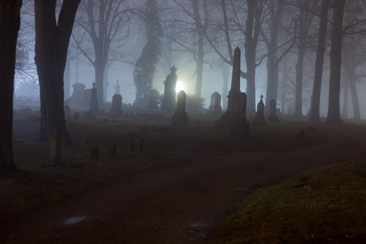 Kuburan di Malam Hari