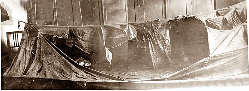 Tenda para korban yang rusak dari dalam