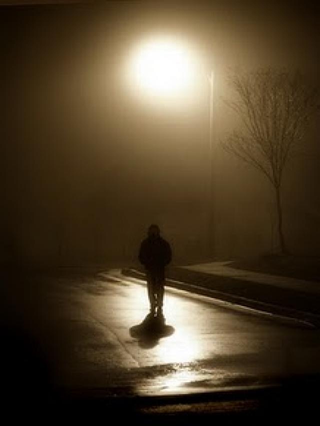 The Thin Man di bawah lampu Jalan