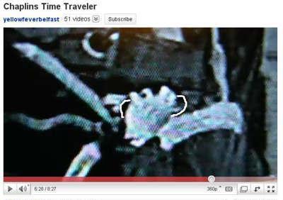 Ilustrasi Wanita Time Traveler Memegang Ponsel