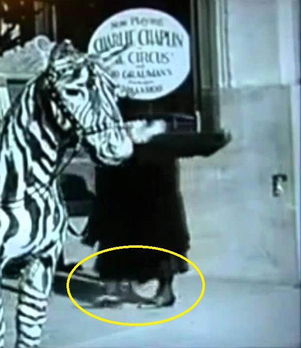 Sepatu yang digunakan wanita misterius tersebut