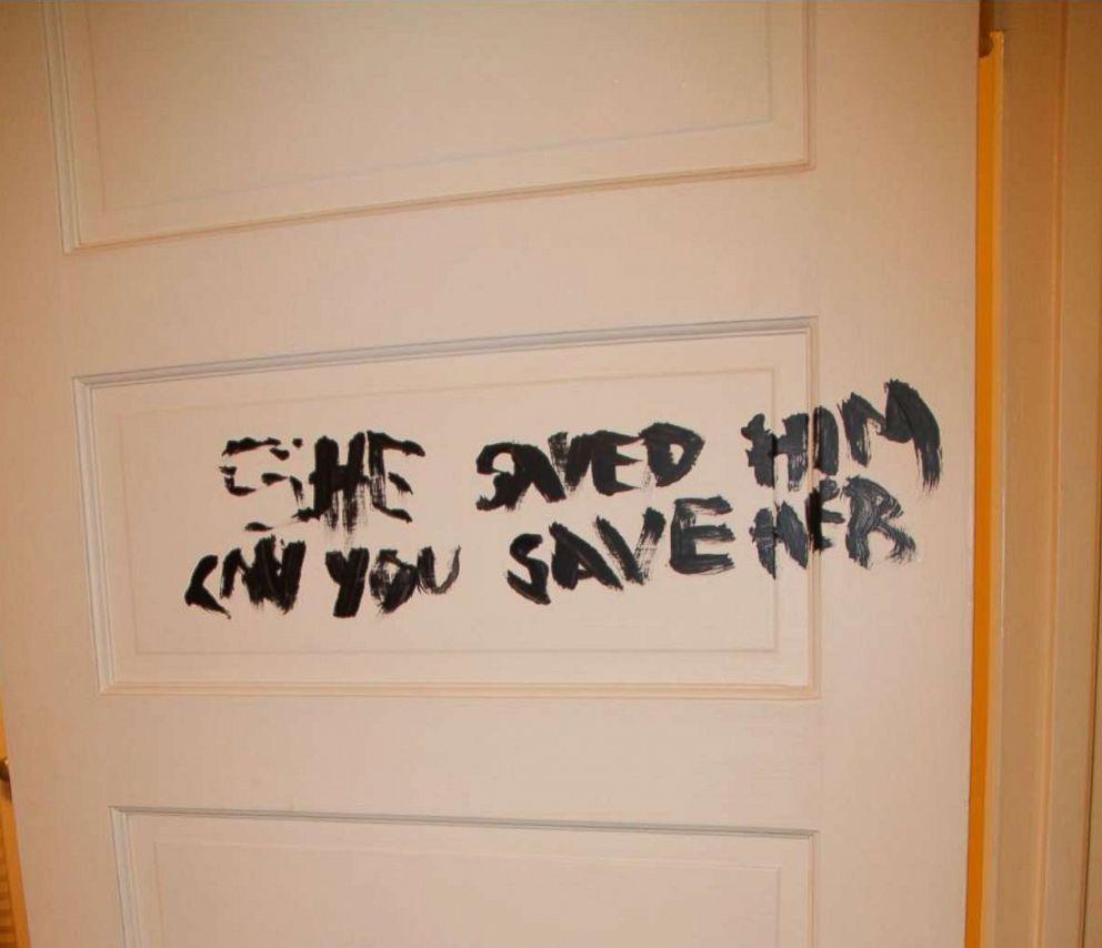 Catatan Misterius di Pintu Kamar Rebecca