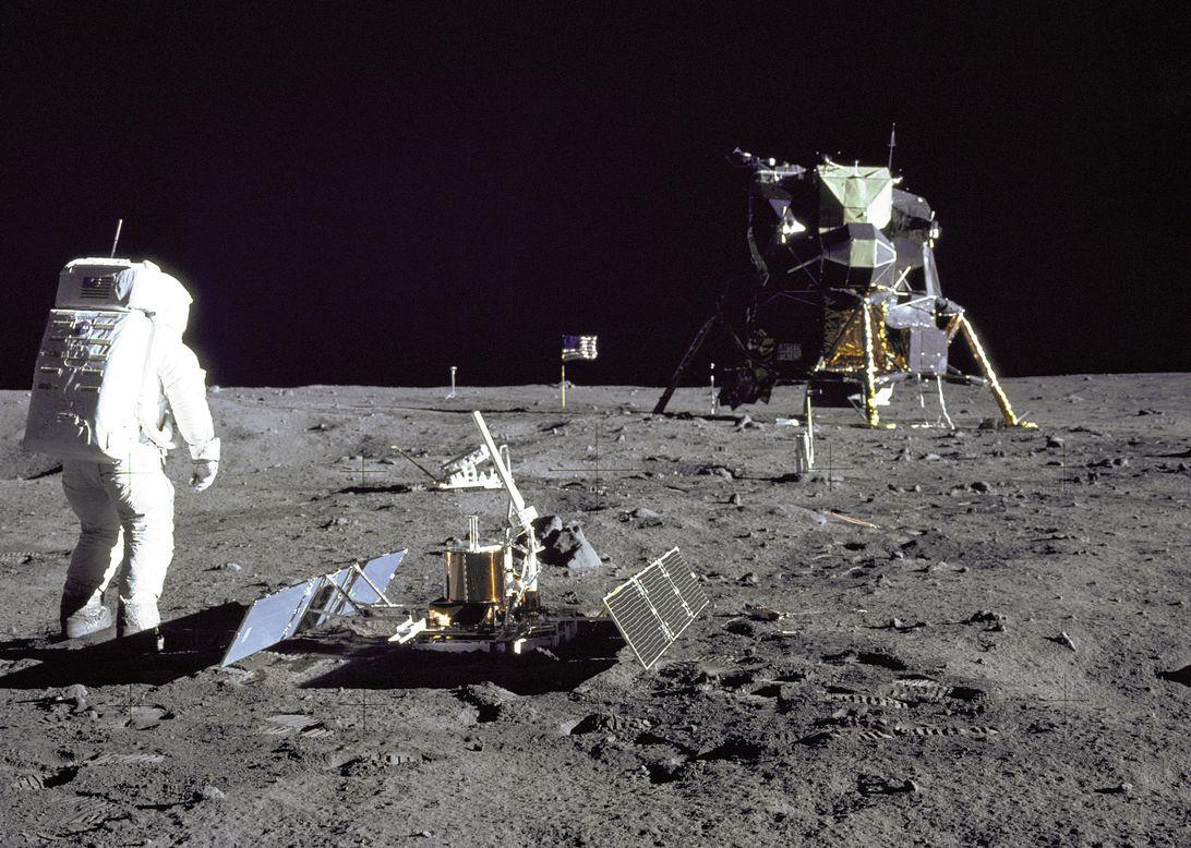 Pertemuan Alien Neil Armstrong dan BuzzAldrin