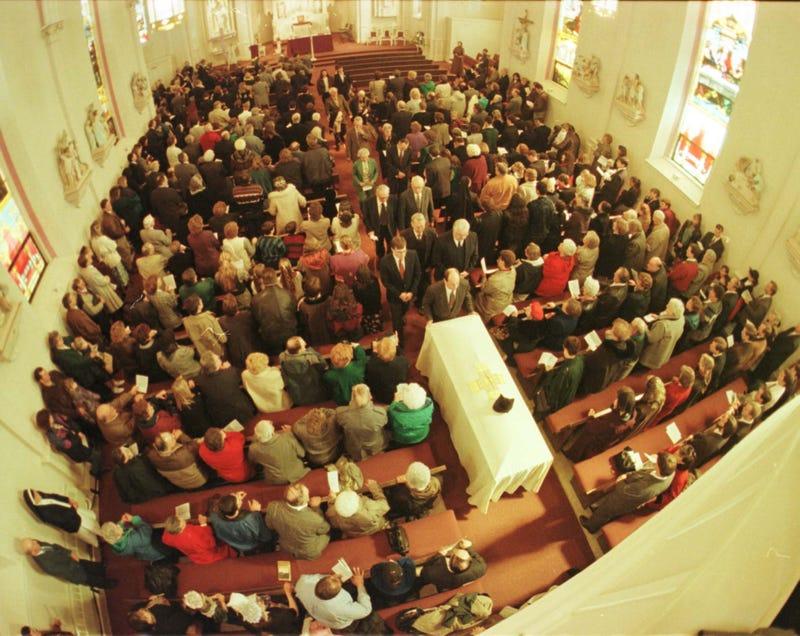 Ratusan Orang Hadir di Pemakaman Pastor Alfred Kunz 1998