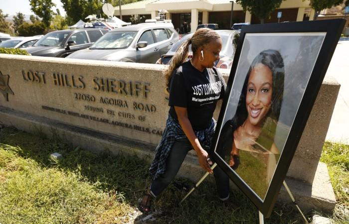 Foto Mitrice Richardson Di depan Departemen Sheriff Kabupaten Los Angeles